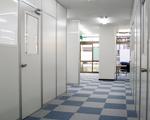 開放的な塾の廊下